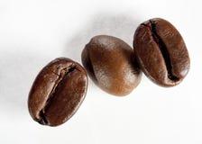 Geïsoleerde groep geroosterde koffiebonen Stock Afbeeldingen