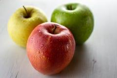 Geïsoleerde groep natte appelen stock fotografie