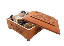 Geïsoleerde houten kist met juwelen Stock Afbeeldingen