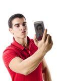 Geïsoleerde jonge mens die selfie portret maken Royalty-vrije Stock Foto's