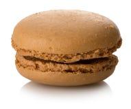 Geïsoleerde karamel macaron stock afbeeldingen