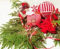 Geïsoleerde Kerstmis de decoratie, de witte achtergrond voor de wijnoogst van de prentbriefkaargift, copyspace voor tekst, vormen Stock Fotografie
