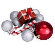 Geïsoleerde Kerstmis zilveren ballen en rode giften Royalty-vrije Stock Foto