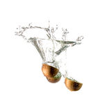 Geïsoleerde kiwiplons op water, Stock Foto's
