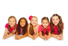 Geïsoleerde kleine meisjes die op witte achtergrond leggen Stock Afbeelding