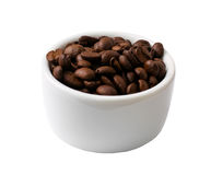 Geïsoleerde Koffiebonen in een Kleine Witte Kom Stock Fotografie