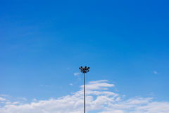 Geïsoleerde lamppost met blauwe hemel Royalty-vrije Stock Foto