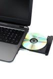 Geïsoleerde laptop met geladen DVD-aandrijving stock foto