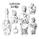 Geïsoleerde magische die flessenkruiken met vloeibare drankjes voor transformaties worden geplaatst stock foto