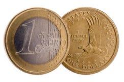 Geïsoleerde muntstukken van Dollar en Euro munten Stock Foto's