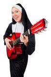 Geïsoleerde non met gitaar Stock Foto's