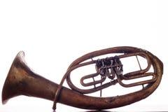 Geïsoleerde oude roestige alt saxhorn op witte achtergrond Stock Fotografie