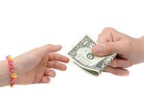 Geïsoleerde overdracht van geld tussen volwassene en zijn kind, royalty-vrije stock afbeelding