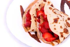 Geïsoleerde pannekoeken met aardbei op witte plaat Royalty-vrije Stock Foto