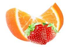 Geïsoleerde plaksinaasappelen en aardbeien op wit Stock Foto's