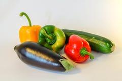 Geïsoleerde ratatouilleingrediënten - peper, aubergine, courgette royalty-vrije stock foto's