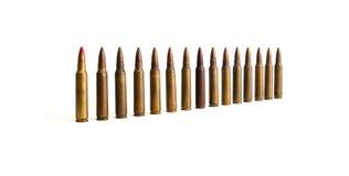 Geïsoleerde rij van bevindende M16 patronen Stock Foto