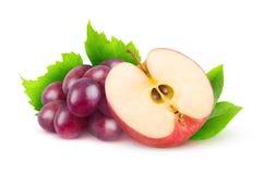 Geïsoleerde rode druiven en appel stock fotografie