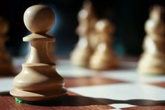 Geïsoleerde schaakpand in zonlicht Stock Fotografie