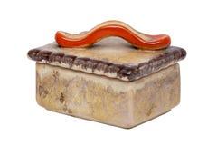 Geïsoleerde sigaretdoos Close-up van antiek bruin sigaretgeval met een rood die handvat van ceramisch wordt gemaakt geïsoleerd op stock foto's