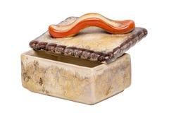Geïsoleerde sigaretdoos Close-up van antiek bruin sigaretgeval met een rood die handvat van ceramisch wordt gemaakt geïsoleerd op stock afbeeldingen