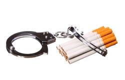 Geïsoleerde sigaretten en handcuffs royalty-vrije stock foto's