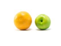 Geïsoleerde sinaasappel en appel Royalty-vrije Stock Foto's