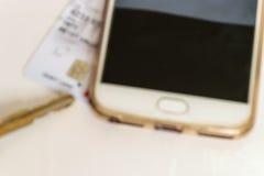 Geïsoleerde sleutel, kar en smartphone, onduidelijk beeldbeeld Stock Foto
