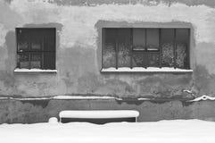 Geïsoleerde sneeuwbank onder twee vensters royalty-vrije stock foto's
