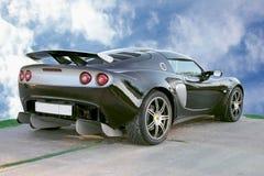 Geïsoleerde? sport zwarte auto op blauwe hemelachtergrond Stock Foto