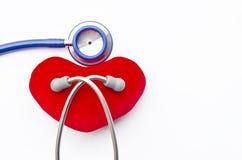 Geïsoleerde stethoscoop en rood hart stock foto's