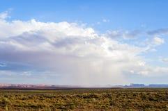 Geïsoleerde stortbui bij de Monumentenvallei met - Mening van de V.S. Hwy 163, Monumentenvallei, Utah Stock Foto's