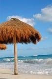 Geïsoleerde strandparaplu met blauwe oceaan en hemel stock afbeeldingen