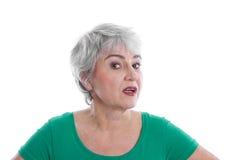 Geïsoleerde teleurgestelde rijpe vrouw die groen overhemd dragen die a kijken Stock Foto's