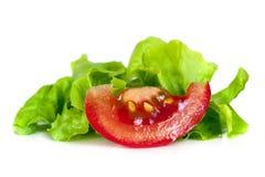 Geïsoleerde tomaat en Krullende Sla Stock Foto