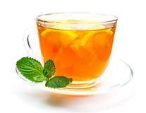 Geïsoleerde transparante kop thee met citroenplak Stock Foto's