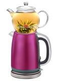 Geïsoleerde Turkse theepot met dubbele gestapelde ketels die thee toelaten om in worden gebrouwen terwijl warm water van groter Royalty-vrije Stock Afbeelding