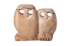 Geïsoleerde uilen Twee uilen met de hand gemaakt van zeepsteen met gaten als ogen stock foto