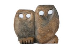 Geïsoleerde uilen Twee uilen met de hand gemaakt van zeepsteen met gaten als ogen stock fotografie