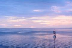 Geïsoleerde uitzendingstoren op het strand Stock Afbeelding