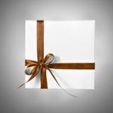 Geïsoleerde Vakantie Huidige Witte Doos met Bruin Oranjegeel Lint op een gradiëntachtergrond Royalty-vrije Stock Afbeeldingen