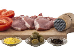 Geïsoleerde varkenskoteletten en kruiden Stock Fotografie