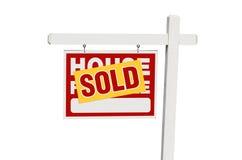 Geïsoleerde Verkocht Huis voor het Teken van de Verkoop Stock Afbeeldingen