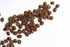Geïsoleerde verse geroosterde koffiebonen Stock Foto's