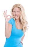 Geïsoleerde vrouw die o.k. teken gesturing Stock Foto
