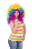 Geïsoleerde vrouw met kleurrijke pruik Stock Afbeelding
