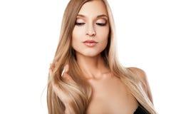 Geïsoleerde vrouw met lange rechte blonde haren Stock Afbeelding