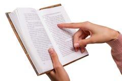 Geïsoleerde Vrouwelijke Handen die een Uitstekend Boek houden, die op een Woord richten Royalty-vrije Stock Afbeelding