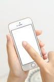 Geïsoleerde vrouwenhand die de aanraking van de telefoontablet houden Stock Foto