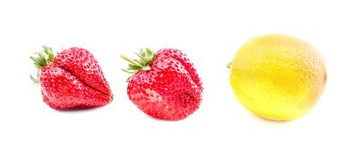 Geïsoleerde vruchten citroen en twee die aardbeien op witte achtergrond wordt geïsoleerd Stock Afbeelding